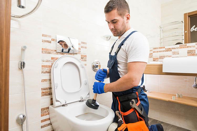 Ξεβούλωμα λεκάνης τουαλέτας: 4 τρόποι να την ξεβουλώσετε μόνοι σας!